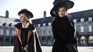 I Jane Austin-filmatiseringen 'Love & Friendship' er Lady Susan (Kate Beckinsale t.h.) enkefrue i økonomisk uføre, og, jep, hun er god til at sno mænd om sin lillefinger. Den evne deler hendes veninde Alicia Johnson (Chloë Sevigny).