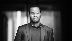Chigozie Obiomas debutroman, 'Vi var fiskere', har en tiårig fortæller og foregår i 1990'erne i den lille by Akure i Nigeria.
