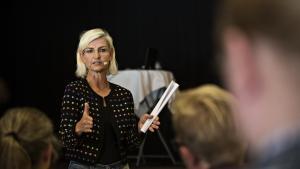 En ny rapport bestilt af Forsknings- og Uddannelsesministeriet anbefaler, at staten udpeger medlemmer til uddannelsesinstitutionernes bestyrelser. Ulla Tørnæs (V) vil endnu ikke kommentere det konkrete forslag, men siger om behovet for at se nærmere på styringen af uddannelserne: 'Vi skal sikre, at de forskellige styringsredskaber også gør, at vi når målsætningen om, at uddannelserne har høj kvalitet og relevans'.