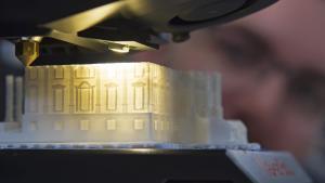Sådan ser det ud, når en 3D-printer genopfører Det Hvide Hus på en messe i Erfurt, Tyskland.