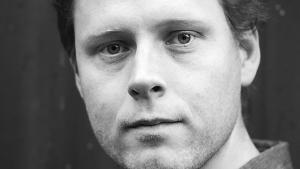Max Porter balancerer elegant mellem det sørgelige og det sjove i 'Sorg er et væsen med fjer', som han vandt Dylan Thomas-prisen for tidligere i år.