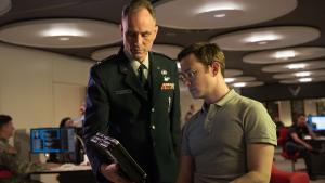 Snowden er historien om en ufattelig vild persons afsked med sit komfortable liv forarmet til Hollywood-sødsuppe