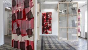 Winckelmanns malerier, der ikke privilegerer bestemte synsvinkler i ophængningen og lader de revolutionære farver mudre sammen i værkerne, synes at afspejle denne nye, diffuse politiske virkelighed.