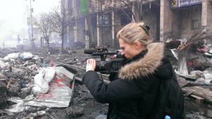 Nødvendigheden af at fortælle om sine oplevelser fra frontlinjen fik DRs korrespondent Matilde Kimer til at skrive en bog om det aktivt at vælge krig