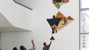 للمجهولين المجد/Glory to the Unknown. J&K / Janne Schäfer og Kristine Agergaard. Digital fotocollage, vægrelief i ni dele, 310 x 840 x 9 cm. Goethe Institut og DAAD, Kairo, Egypten. 2016.