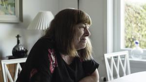 73-årige Ingelise Thyssen er en af de patienter, der kan få gavn af den kommende fireårige forsøgsordning med cannabis. Som Information tidligere har beskrevet, har medicinsk cannabis hjulpet mod hendes kroniske rygsmerter, men hidtil har hun ifølge lægerne ikke haft den rigtige sygdom, der kunne muliggøre en lovlig behandling med medicinsk cannabis. (foto: Jakob Dall)