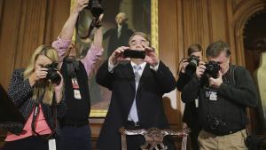 The Affordable Care Act, bedre kendt som Obamacare, bliver fotograferet af journalister og fotografer efter underskrivelsen. Spørgsmålet er, hvor meget af den – og meget andet – der vil overleve Trumps tid i Det Hvide Hus. Foto: Chip Somodevilla/Getty Images