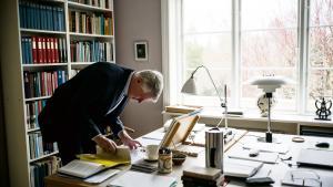 Editionsfilologen Johnny Kondrup er ofte begravet i manuskripter og bøger:'Jeg arbejder primært hjemme, hvor jeg har et kontor bestående af to rum med en dobbeltdør imellem. I det ene står skønlitteraturen, og i det andet sidder jeg omringet af fagbøger.'