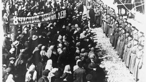Arbejdere demonstrerer i Petrograd – det senere Leningrad, i dag Sankt Petersborg – for otte timers arbejdsdag