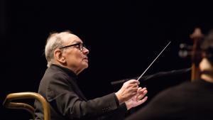 Maestro Morricone dirigerede selv, siddende, ved koncerten fredag i Forum.