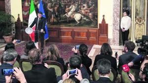 Efter italienerne sagde nej til forfatningsændringer, meddelte ministerpræsident Matteo Renzi, at han træder tilbage fra sin post. Her ses han ved pressemødet mandag, hvor han præsenterede nyheden. Til højre står hans kone Agnese Landini og lytter.