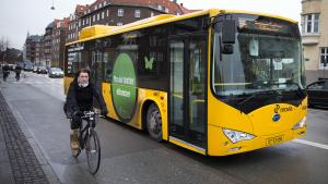 Borgmestrene i landets seks største byer har sendt et brev til skatteministeren for at sikre billigere, grøn bustransport. I dag mødes partierne bag afgiftsreformen for blandt andet at diskutere salget af elbiler og grøn, kollektiv transport i byerne