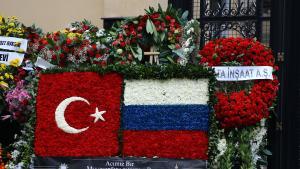 Myndighederne udpeger Fethullah Gülen-netværket som bagmænd, men andre peger på syrisk jihadgruppe – men måske var drabsmanden bare en vred og ensom ulv