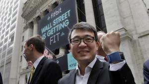 Forskere har fundet frem til, at mennesker, der bruger de såkaldte fitbits, tager bedre økonomiske beslutninger end folk, der ikke gør. Det er en korrelation, som særligt bankerne er interesserede i, og et af de eksempler på mulighederne ved fremtidens teknologi, som Rob Nail fremhævede på mødet på Marienborg. Her det Fitbit CEO James Park.