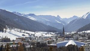 Den schweiziske alpeby Davos får besøg af 3.000 medlemmer af den globale magtelite, når de i morgen samles til World Economic Forum. Stifter Klaus Schwab mener, at globaliseringskritikken og -bekymringen er de globale lederes største udfordring.