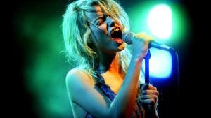Under Byen, med sangerHenriette Sennenvaldt i spidsen, gav koncert på Spot Festival i Aarhus i 2003.