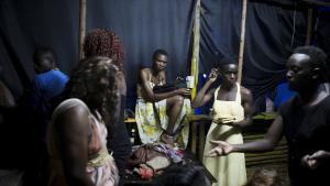 Homoseksuelle gør sig klar til en pride et hemmeligt sted i Kampala. Uganda er et af de 36 lande i Afrika, hvor homoseksualitet er ulovligt, og ifølge Human Rights Watch et af de otte lande på verdensplan, hvor tvungne analundersøgelser er praksis.
