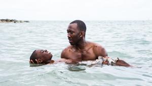 Juan (Mahershala Ali), der her lærer niårige Chiron (Alex Hibbert) at svømme, er en af de eneste, der tager sig af den forfulgte knægt i Barry Jenkins' 'Moonlight'.
