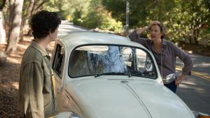 Dorothea (Annette Bening) klamrer sig til, at det ikke var usundt at ryge, dengang hun begyndte, og at den gamle bil ikke altid var gammel i Mike Mills opvækst drama 'Alletiders kvinder'.