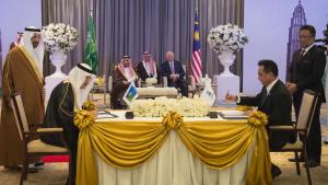 Den saudiske kong Salman bin Abdulaziz, landets energiminister Khalid Al Falih og et følge på angiveligt 1.500 personer har for nylig indledt en 14 dages rundrejse i Østen for at vække investorers interesse for børstnoteringen af olieselskabet Aramco. På billedet underskriver Aramcos direktør Amin al-Nasser og direktøren for det malaysiske selskab Petronas en samarbejdsaftale i Kuala Lumpur.