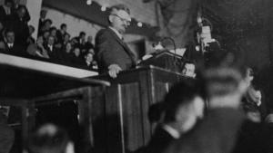 Skal Paulus sammenlignes med det forrige århundredes revolutionære, er Trotskij – her på et møde i København i 1932 – et bedre bud end Lenin, fordi han netop mente, at kommunismen skulle forkyndes for alle folkeslag, ligesom Paulus ville eksportere jødiske værdier som monoteisme og næstekærlighed til hele det græsk-romerske Europa.