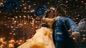 Belle (Emma Watson) danser med sit udyr (Dan Stevens) og Bill Condons 'Skønheden og udyret'.