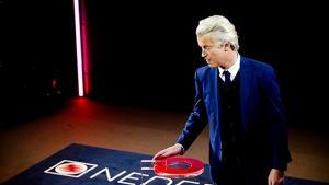 Et parlament splittet mellem en række mindre interessepartier skal nu forsøge at danne en arbejdsdygtig regering. Wilders fik ikke den sejr, han var spået, de liberale taber omkring ti sæder, men bliver største parti, og den grønne stjerne Jesse Klaver løber med den største sejr.