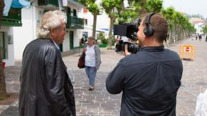 Auteur på slap linje. Jørgen Leths enorme tilstedeværelse på tv og sociale medier rejser spørgsmålet om den store kunstners rolle i dagens samfund. Her er han med et tv-hold i Spanien.