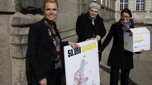 Amnesty afleverer50.000 underskrifter til Udlændinge- og integrationsminister Inger Støjberg (V) for at få genoptaget modtagelsen af kvoteflygtninge. Støjbergs fejring afde stramninger, hun har gennemført imod flygtningene, er ifølge dagens klummeskribenten lodret hån mod det internationale fællesskab.