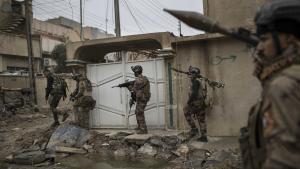 Irakiske specialstyrker bevæger sig med den amerikanskledede koalitions støtte frem ved fronten i Mosul.