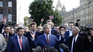 Pro-Brexit-kampagnen brugte med Nigel Farage i spidsen fake news og 'alternative kendsgerninger' med samme skamløshed som Donald Trump. Men modsat Trump trakBrexit-lejren løfterne tilbage under et døgn efter folkeafstemningen