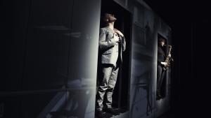 Olaf Højgaard står i en døråbning til ingenting i rollen som balletstjernen Erik Bruhn og hans medtolkende, indre musik i form af saxofonisten Mads Ole Rode Erhardsen i Svaneblod.