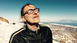 'Der klippes, springes, veksles uophørligt mellem en god portion flere spor, end jeg er i stand til at holde åbne på en gang,' skriver Informations anmelder om 'REVOLUTIONÆR' af Hans Otto Jørgensen.