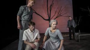 Så står de der og ligner den lykkelige familie med far, mor og to sønner – indtil der zoomes ind på deres løgne og misbrug, så familien til sidst går i opløsning i Det Kongelige Teaters zoomfortolkning af 'Lang dags rejse mod nat'.  Foto: Natascha Thiara Rydvald