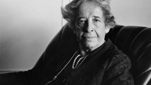 Hannah Arendts 70 år gamle tanker om en flygtningeverden af i går fungerer som et knækket spejl. Meget er anderledes og ser ud til at være til det bedre, men det er stadig temmelig vanskeligt at være gæst