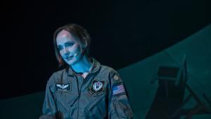 Kaja Kamuks ansigt lyser gudindesmukt ved hvert eneste fuldtræffer fra hendes F16-fly. Men da hun sætter sig bag computeren og styrer sine dræbende dronefly, krakelerer hun i Svalegangens intense debatforestilling 'Grounded'.