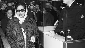 Umm Kulthum ankommer i lufthavnen i Paris i 1967.