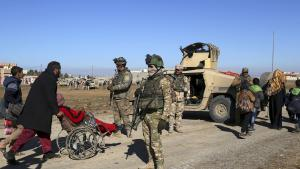 Soldater fra den irakiske hær står vagt i Østmosul.