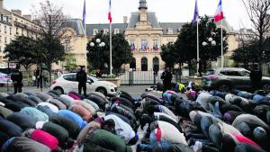 Muslimer beder i Paris-forstaden Clichy la Garenne den 31. marts 2017 i protest mod lukningen af et bederum og for at sætte fokus på deres ønske om at få en moske i byen, der har en stor muslimsk befolkning.