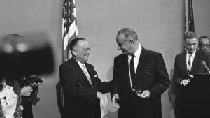 Lyndon B. Johnson (th.) forsøgte angiveligt at komme af med FBI-chef J. Edgar Hoover (tv.). Men forgæves. Hoover sad som FBI-chef i fra 1924 til 1972. Her ses de to sammen i 1967.