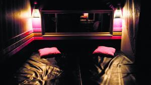 Hvem har kontrollen i soveværelset – den prostituerede eller kunden? Magtrelationen vendes om i Pia Busks Ovid-gendigtning.