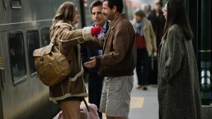 Danny (Adam Sandler, i midten) siger farvel til sin datter, Eliza (Grace Van Patten), mens brormand Matthew (Ben Stiller) og søster Jean (Elizabeth Marvel) ser til i Noah Baumbachs vittige familiedrama, 'The Meyerowitz Stories (New and Selected)'. Foto: Filmfestivalen i Cannes og Netflix