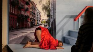 Så ligger Angelica Asps skønne superkvinde midt på gaden i sin storsyngende brandert – fjollet og temmelig træt af mænd i Verdens Mindste Teaters herlige lille kvindeopera 'Beruset'.