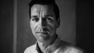 Informations David Rehling reducerer den politiske debat til en fodboldkamp, og giver sig selv rollen som sportskommentator. Kunne vi dog ikke i stedet diskutere konkrete løsninger på de problemer som den kreative klasses dominans skaber for vores samfund?