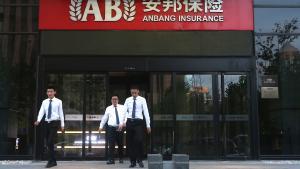 På papiret ligner Anbang et forsikringsselskab med styr på tingene, men forsikringselskabet har i en årrække tiltrukket sig opmærksomhed ved at bevæge sig på kanten af de uskrevne regler for kinesiske virksomheder med en række investeringer udenfor Kina.