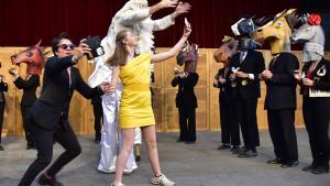 Den moderne jakkesætsversion af 'Jeppe på Bjerget' – alias Giuseppe Bonifati fra det ellers så ukuelige Kunstpartiet – taber i borgmestervalget til kvinden i citrongult i den muntre anarkiforestilling Wild Cards under Holstebro Festuge 2017.