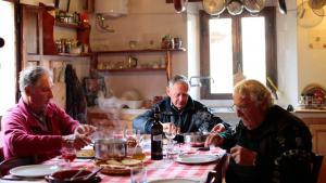 Hovedpersonerne i dokumentarfilmen 'Shalom Italia' er tre madglade, jødiske brødre og Holocaust-overlevere. Foto: Cinemateket