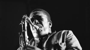 Et eller andet sted ude i kosmos og dybt indgraveret i musikhistorien lever John Coltrane stadig. Fordi han ikke stoppede ved ønsket om at sprede glæde til sit publikum, men med sine sene plader søgte at udfordre og stille spørgsmålstegn. En sand gigant. Som desværre ikke ydes retfærdighed i ny dokumentar