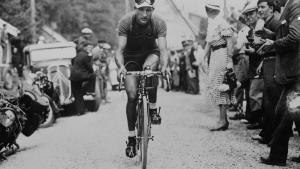 Cykelrytteren Gino Bartalis (på billedet) største rival var Fausto Coppi. De to cykelryttere kæmpede ikke kun om at komme først over målstregen, men stridedes også i deres syn på Italien.