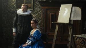 Købmanden Cornelis Sandvoorts (Christoph Waltz) beslutning om at lade sig selv og sin kone, Sophia (Alicia Vikander), forevige af en ung maler får alvorlige konsekvenser i periodedramaet 'Tulipanfeber'. Foto: Scanbox